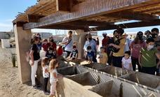 El AMPA Punta Entinas se sumerge en la historia de la mano de la asociación Ángel Aguilera Alférez