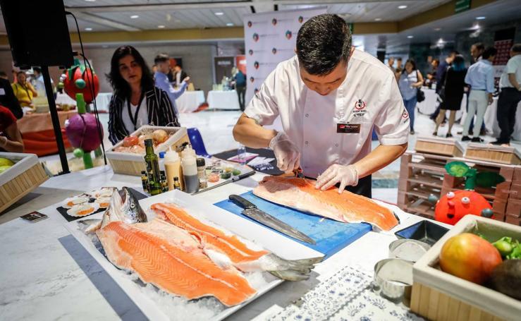 Mercagranada muestra el despiece de un salmón salvaje en los talleres de Granada Gourmet