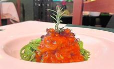 Habichuelas lacias, salsa de tomate y morcilla, de la Cantina de Diego