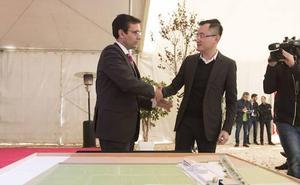 John Jiang se reúne con el alcalde para hablar del futuro