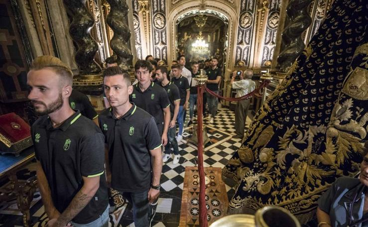 Todas las imágenes de la ofrenda floral del Granada CF a la Virgen de las Angustias