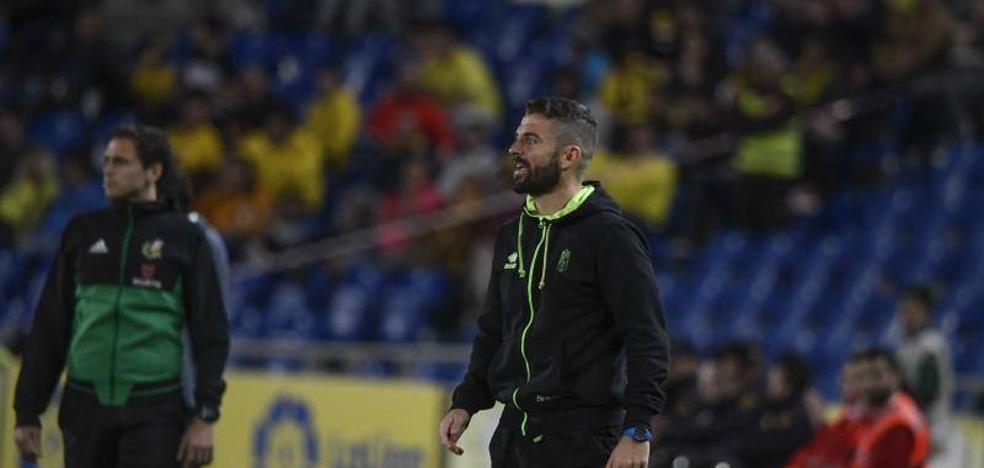 Diego Martínez cumple su partido de castigo en un palco