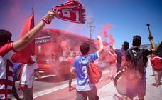 La aficion arropa al Granada CF en su salida hacia Albacete