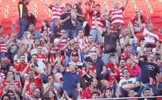Los pocos aficionados desplazados a Mallorca empujan como si fueran miles