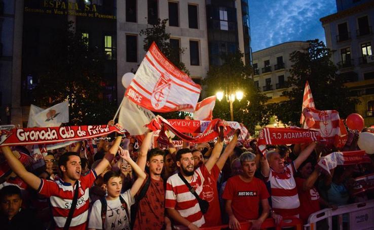 Las fotos de una noche histórica para Granada con su equipo