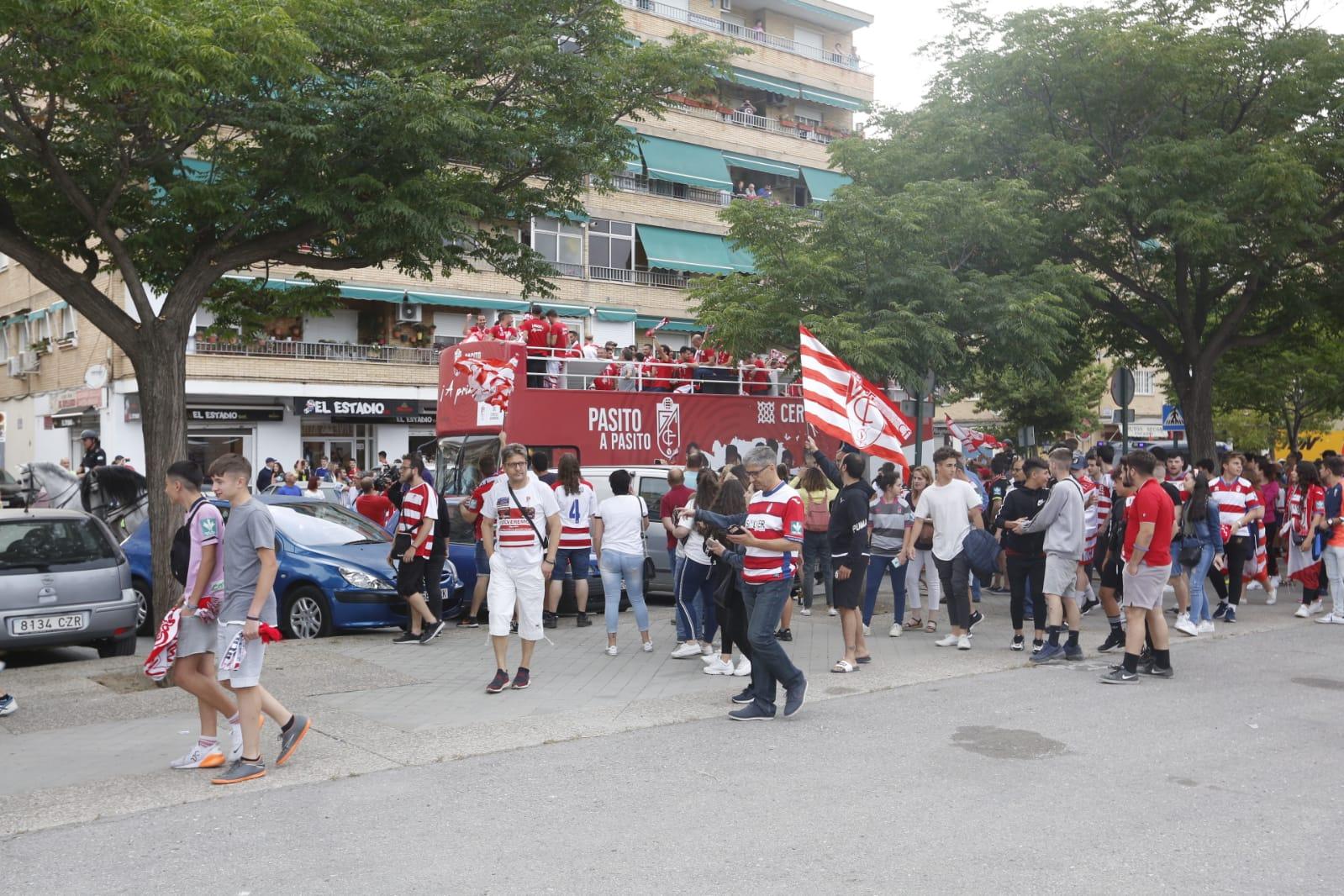 Granada se echa a la calle para ver a los héroes del ascenso