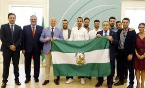 El Granada recibe la bandera de Andalucía