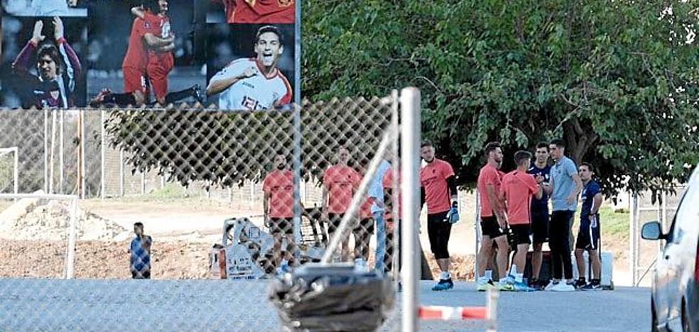 Carlos Fernández se despide de sus compañeros en Sevilla y renueva su contrato