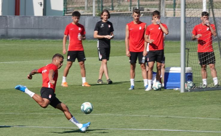 Mucho balón en el entrenamiento del Granada del martes
