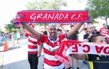 Entusiasmo y fiesta en la puerta de Los Cármenes antes del partido