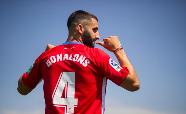 Gonalons ya luce la camiseta del Granada CF