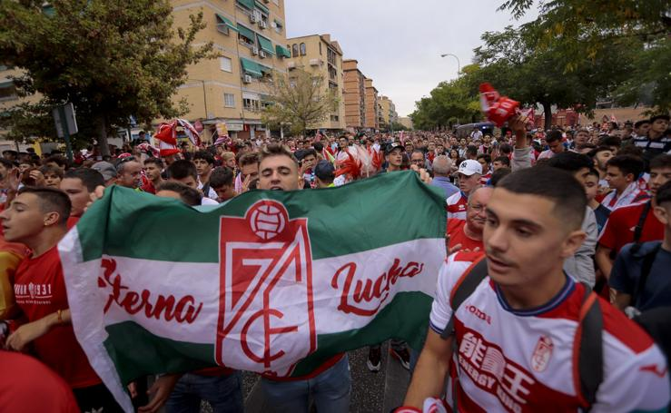 Así han recibido las aficiones al Granada y el Barcelona en Los Cármenes