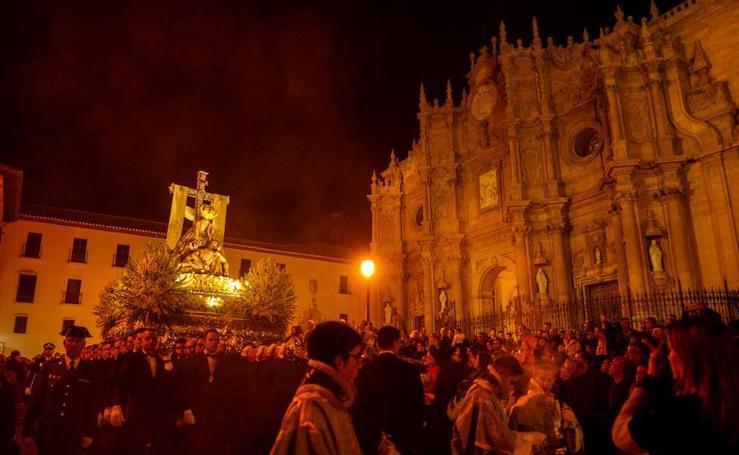 Miles de accitanos se echan a la calle para acompañar a la Virgen de las Angustias