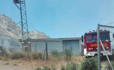 Los Bomberos de Guadix emplean dos horas en sofocar un incendio en la Rambla de los Martos de Purullena