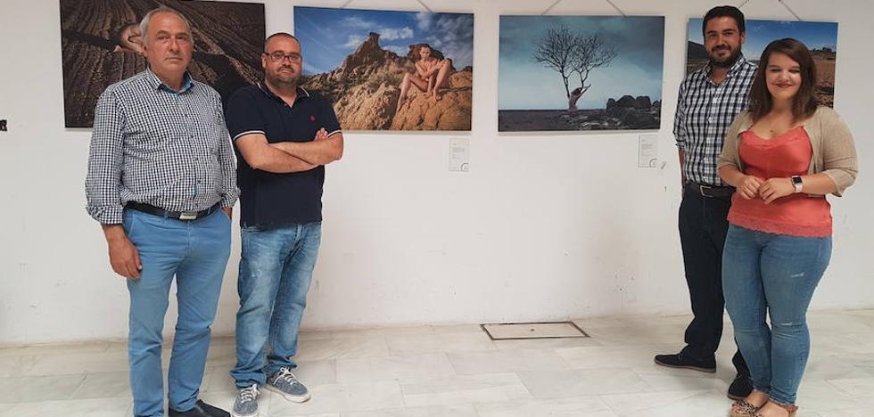 'Génesis: tierra y piel' muestra 24 fotografías de Jorge Pastor y Charo Guijarro de cuerpos que se funden en el territorio