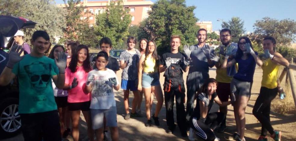 Los jóvenes americanos de intercambio realizan una actividad de servicio a la comunidad