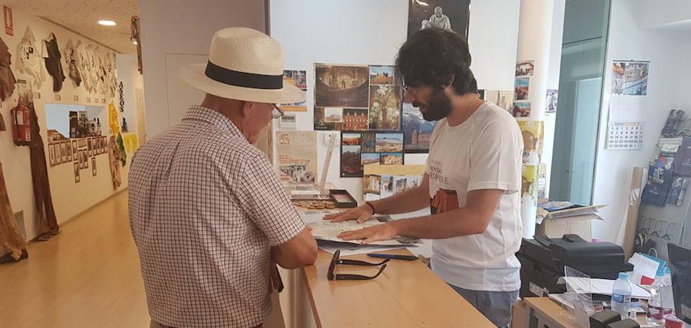 Tres de los alumnos del curso Guías del Geoparque del Cuaternario han realizado prácticas en la Oficina de Turismo y en el Centro de Interpretación