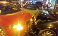 Rápida intervención de los cuerpos de seguridad y emergencias en un choque frontal entre dos turismos