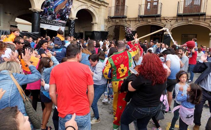 El Cascamorras Infantil inunda de color las calles de Guadix en una carrera multitudinaria