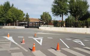 Arrancan las tareas de repintado de la señalización vial en el entorno de los colegios de primaria