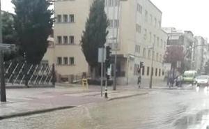 Un aguacero de escasos minutos provoca varias anegaciones en Guadix