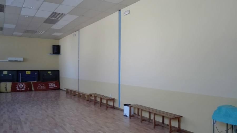 Realizadas tareas de pintura y mantenimiento en la sala de usos múltiples del pabellón cubierto