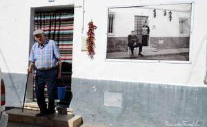 Pepe Tomás Rojas expone 'Lopera, vida de un pueblo en la pared'