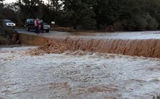 Una crecida causada por la lluvia corta el acceso a varias empresas en la zona de Guadix