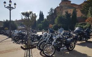 Motoristas suizos de ruta turística por Andalucía hacen parada en Guadix