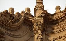 Se desprende un trozo de cornisa de la fachada principal de la catedral de Guadix