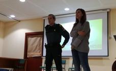 El CMIM coordina la charla 'Te controlo porque eres mía' del sargento de la Guardia Civil Agustín Romero en el IES Acci