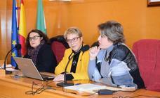 La periodista accitana Pity Alarcón llena el salón de plenos con su conferencia sobre la Constitución