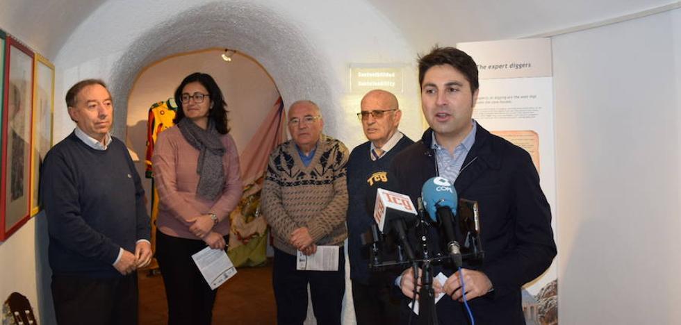 La inauguración de la exposición sobre el Baile de Rifa abre los actos de un fin de semana cascamorrero