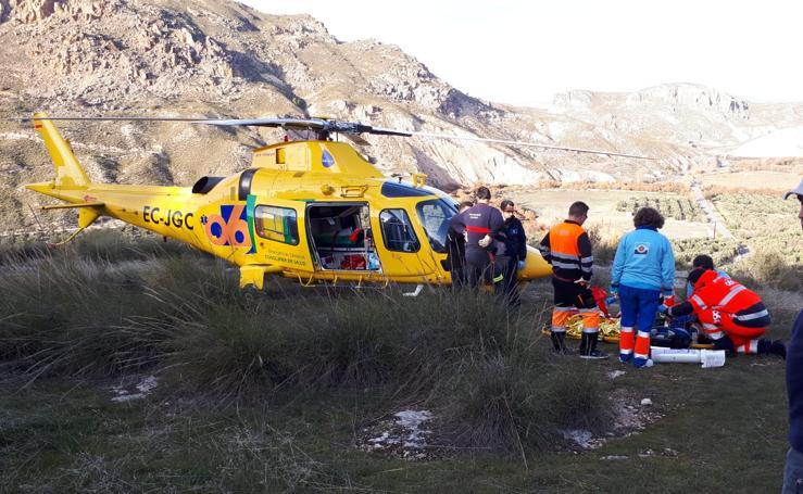 Los bomberos de Guadix rescatan a un senderista que sufrió una caída en la acequia del Toril