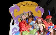 Melchor, Gaspar y Baltasar endulzan su visita a Guadix con cinco toneladas de caramelos