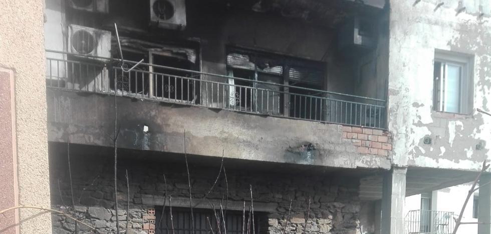 Bomberos de Guadix sofocan un incendio en un bar de Charches