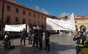 Los bomberos de Guadix protestan ante el Ayuntamiento