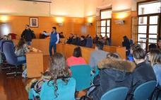 Estudiantes bastetanos y polacos visitan el Ayuntamiento de Guadix