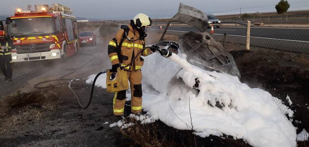 Arde un coche en la A-92 y los bomberos acuden a apagarlo