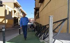 El Ayuntamiento habilita un paso peatonal con rampa y escaleras en la bajada de la calle Pablo Picasso