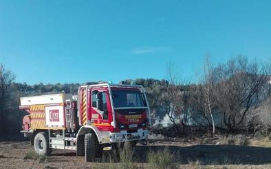 Los Bomberos de Guadix trabajan en la extinción de un incendio de ribera de río y olivos en Dehesas de Guadix