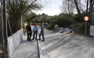 Las obras de acerado en el acceso a Paulenca con cargo al PFEA entran en su última fase