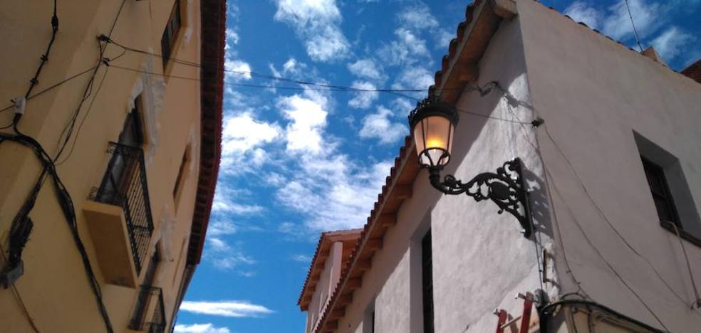 El Ayuntamiento repone los farolillos del alumbrado público en la calle San Antoñico