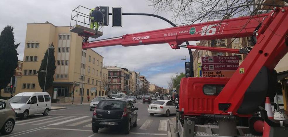 Bombillas led en los semáforos del cruce de Pedro de Mendoza y San Miguel con Avenida Mariana Pineda