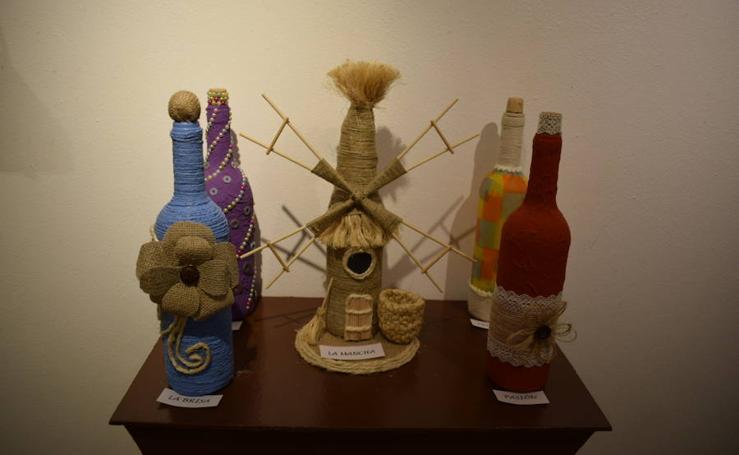 Los usuarios de FAISEM muestran su creatividad en la exposición 'Arte sobre botella'
