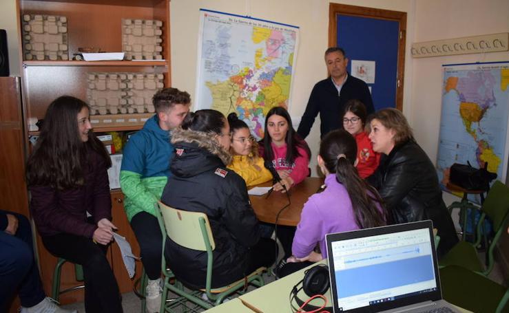 Entrega de material de la campaña de limpieza al alumnado del taller de radio del IES Pedro Antonio de Alarcón