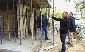 Continúan los trabajos de construcción de un módulo de aseos públicos en el parque municipal