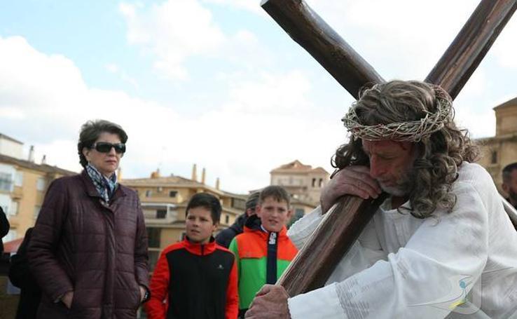 170 actores representan en Guadix el Viacrucis de la Esperanza