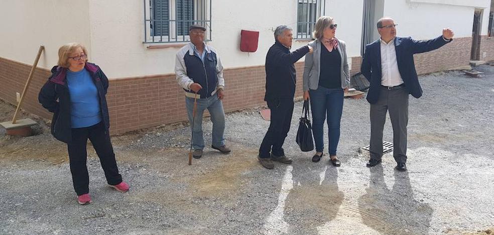 Visita a las obras de renovación y mejora de la red de abastecimiento y saneamiento, instalación de una nueva red de pluviales y mejora de la pavimentación en la Barriada Sagrada Familia