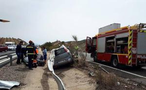 Los Bomberos de Guadix rescatan a una mujer herida al salirse su vehículo de la vía hacia la mediana de la A-92 a la altura de Huéneja